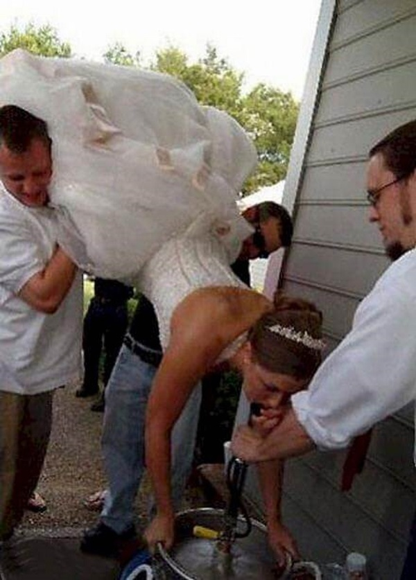 15 Tragically Awkward Wedding Photos