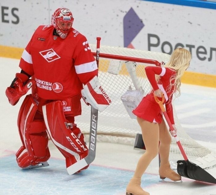 Immodest Breaks Of Hockey And Basketball Matches (13 Photos + 3 Videos)