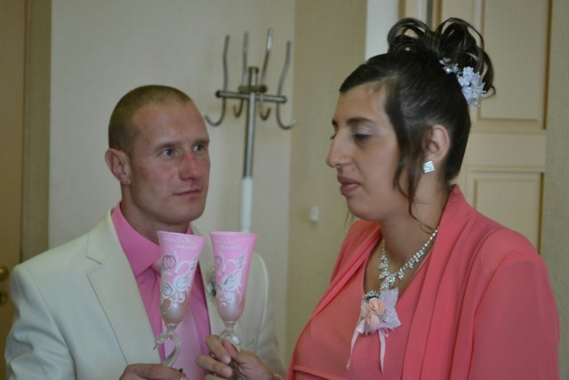 Tragically Awkward Wedding Photos (48 Photos)