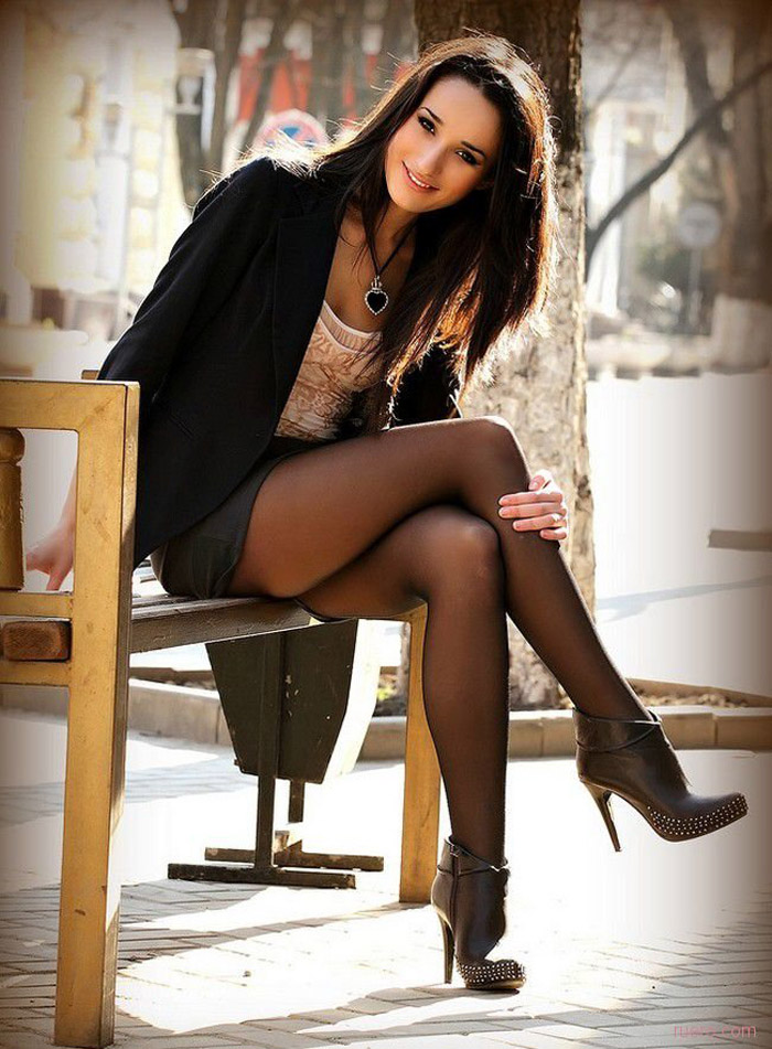 Pretty Hot Girls In Short Skirts And Dresses (44 Photos)