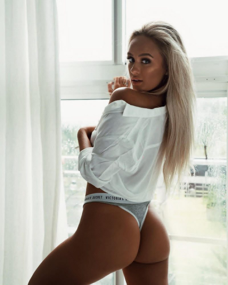Pretty Hot Girls In White T-Shirts (35 Photos)