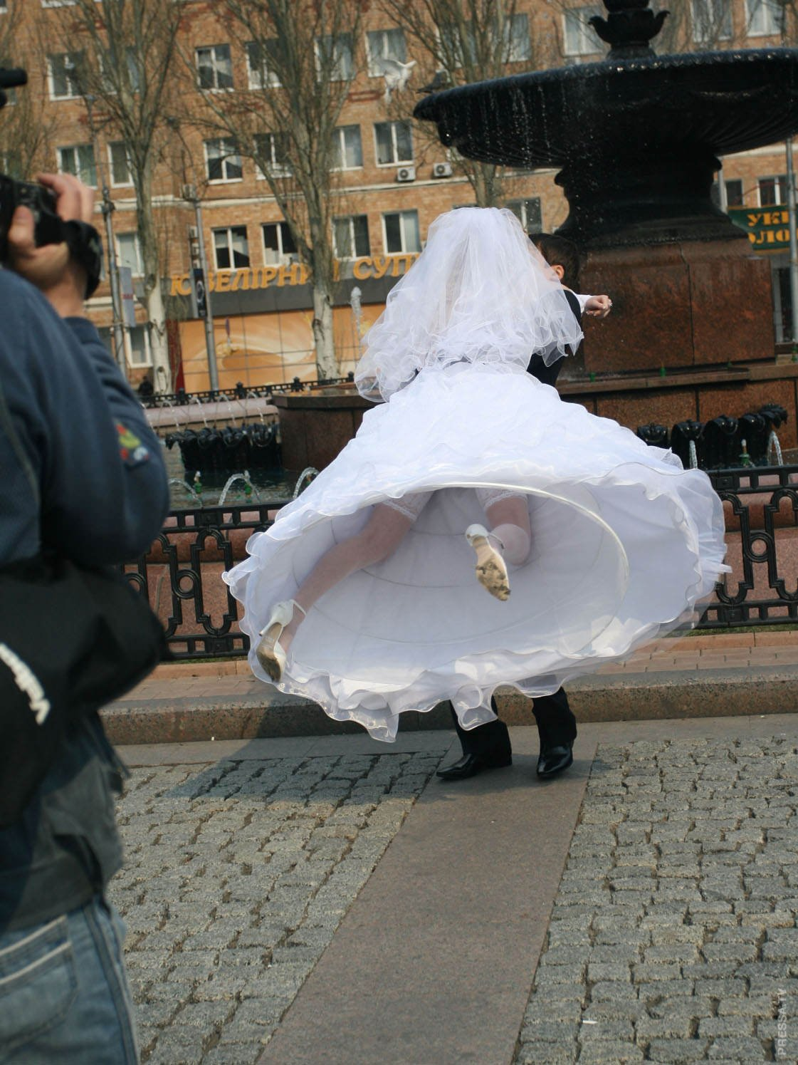Tragically Awkward Wedding Photos (54 Photos)
