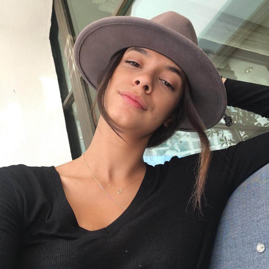 Laysla De Oliveira Hot Pictures And Fashion Style (48 Photos)