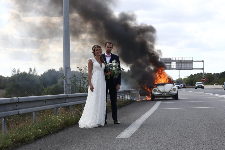 Tragically Awkward Wedding Photos (18 Photos)