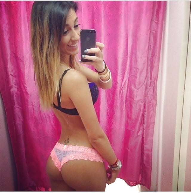 Pretty Hot Girls In Dressing Room (23 Photos)