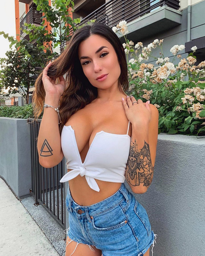 Pretty Hot Girls In Tight Jeans And Shorts (35 Photos + 5 GIFs)