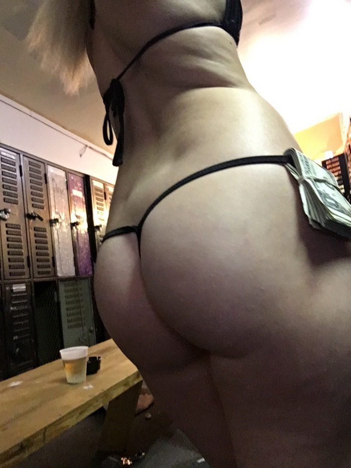 Stripper Locker Room Selfies (35 Photos)