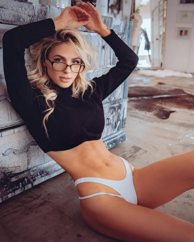 Pretty Hot Girls With Glasses (35 Photos)
