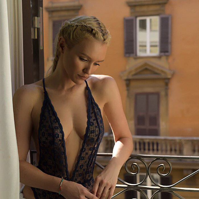 Nicky Whelan Hot Pictures, Bikini And Fashion Style (49 Photos)