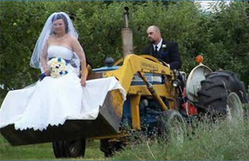 Tragically Awkward Wedding Photos (61 Photos)