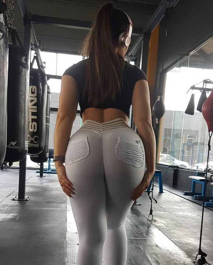 Hot Girls In Yoga Pants (36 Photos + 3 GIFs)