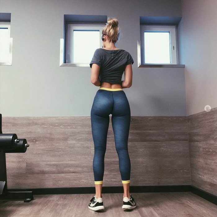 Incredible booty in grey yoga pants at the gym