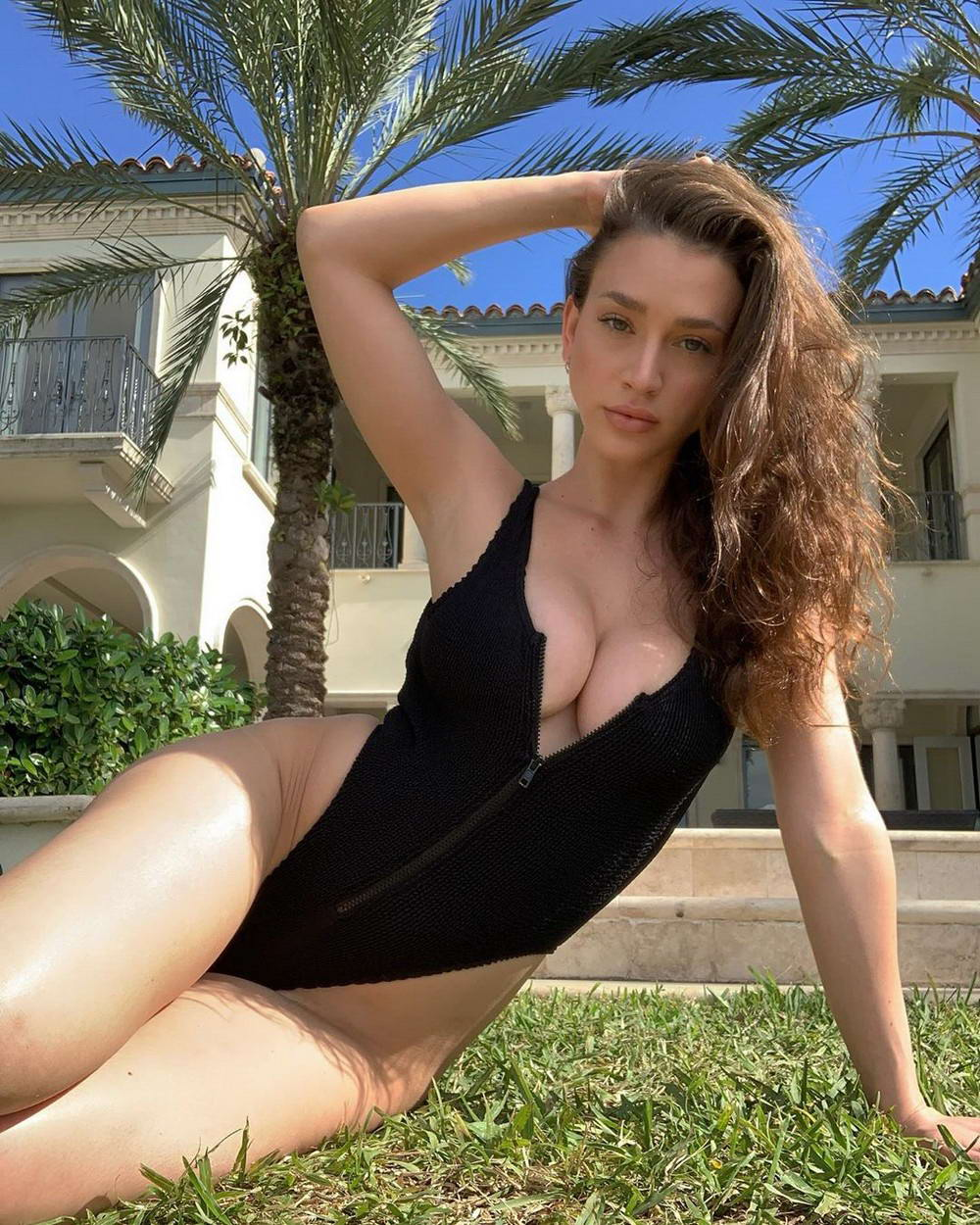 Busty Girls Don't Hide Their Hot Cleavages (36 Photos)