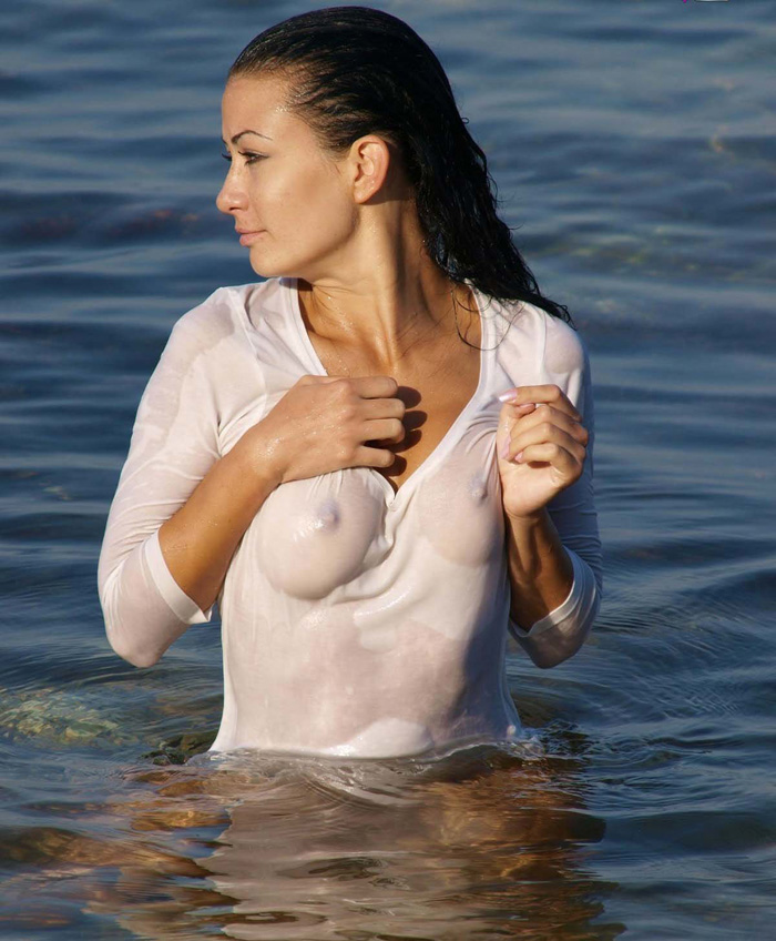 Hot Girls Like To Be Wet (38 Photos)
