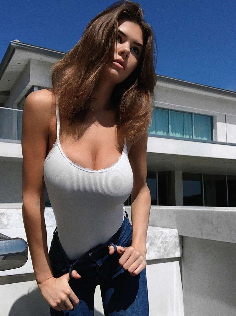 Hot Girls In White T-Shirts And Tops (35 Photos + 5 GIFs)