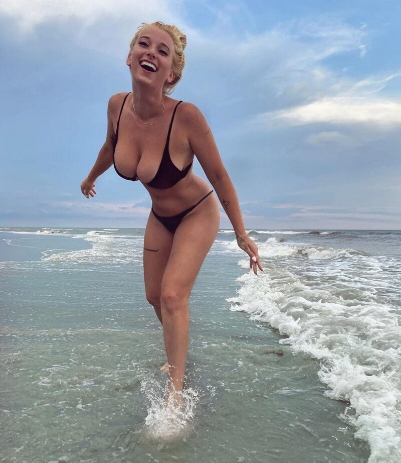 Busty Girls And Their Hot Cleavages (35 Photos + 5 GIFs)