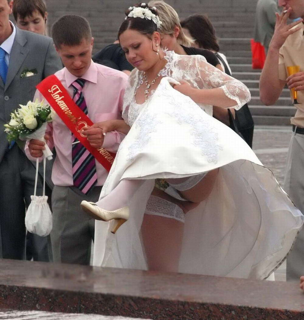 Tragically Awkward Wedding Photos (40 Photos)
