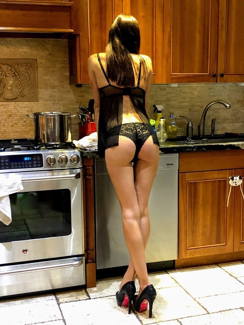 Sexy Girls In The Kitchen (35 Photos + 5 GIFs)