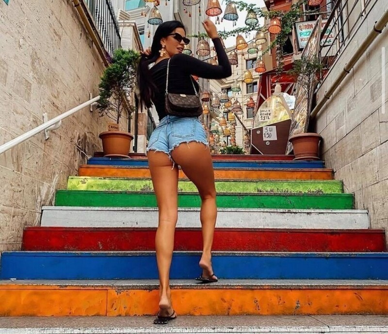 Hot Girls In Tight Jeans And Shorts (35 Photos + 5 GIFs)