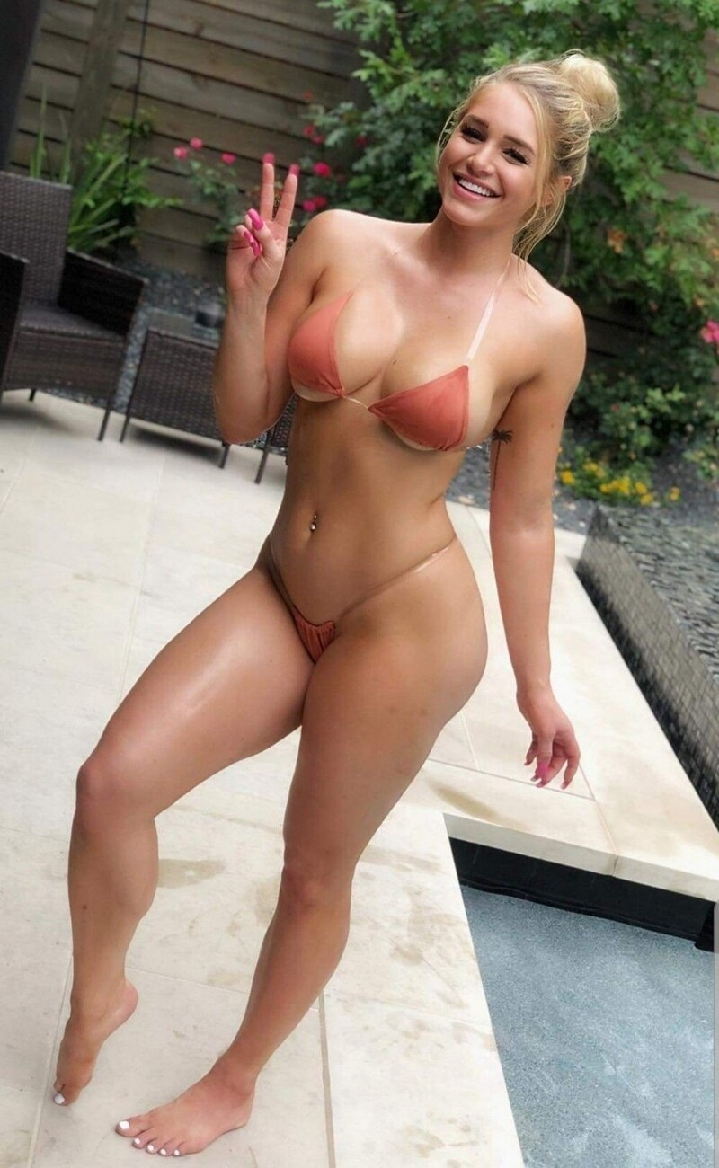 Hot Girls Like To Smile (35 Photos + 5 GIFs)