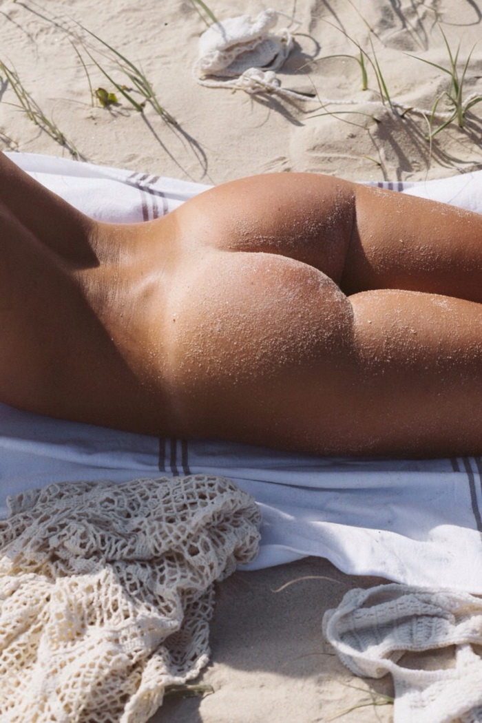 Sexy Girls With Sandy Butts On The Beach (37 Photos)