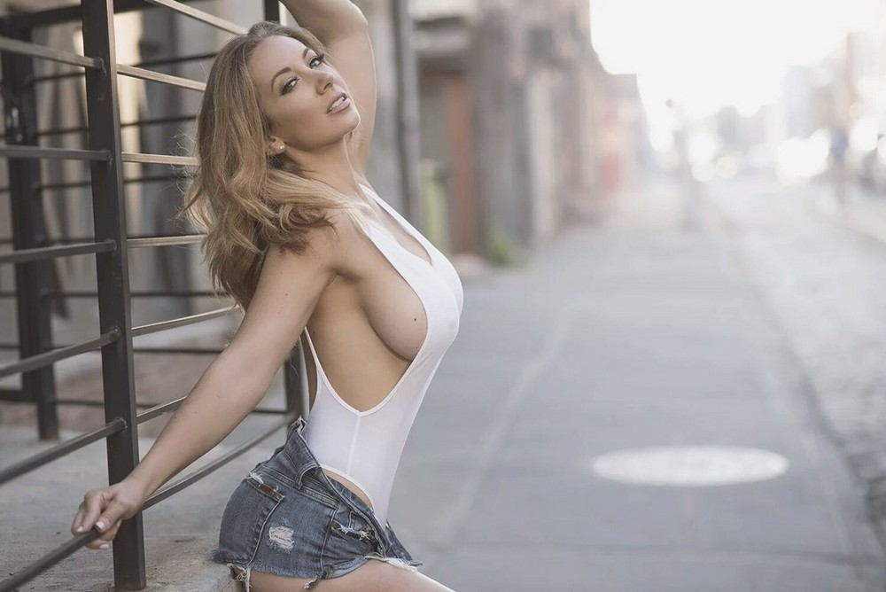 Hot Girls And Their Sexy Sideboobs (45 Photos)