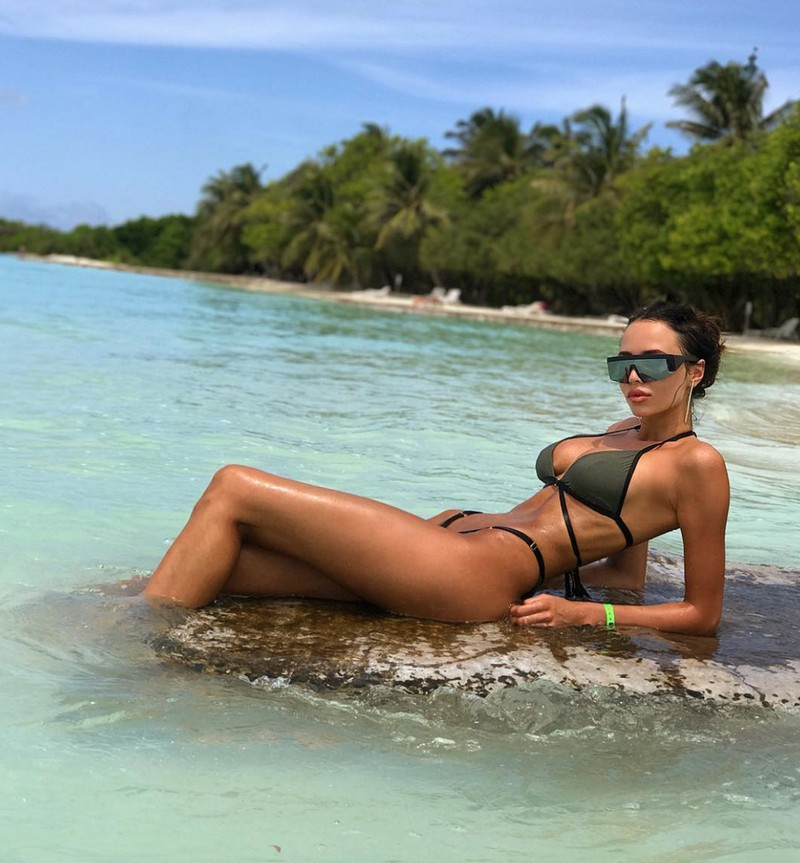 Hot Girls Like To Be Wet (78 Photos)