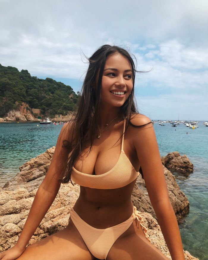 Busty Girls And Their Hot Cleavages (73 Photos)