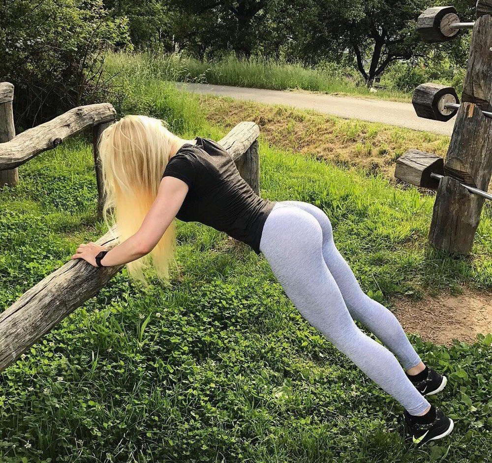 Hot Girls In Yoga Pants (35 Photos + 5 GIFs)