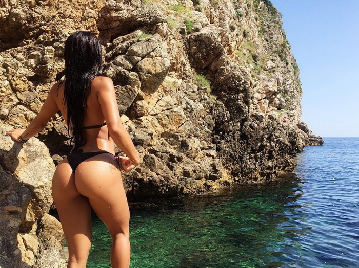 Hot Girls Like To Be Wet (33 Photos)