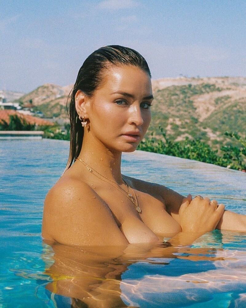 Hot Girls Like To Be Wet (35 Photos + 5 GIFs)