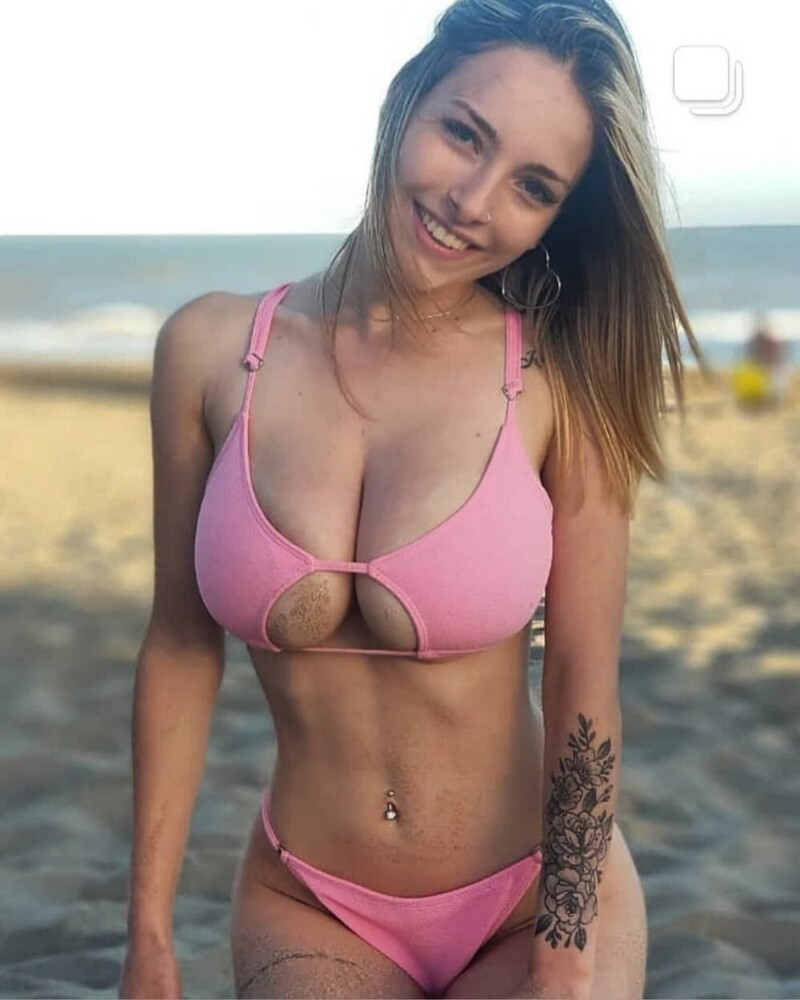 Busty Girls And Their Hot Cleavages (76 Photos + 5 GIFs)