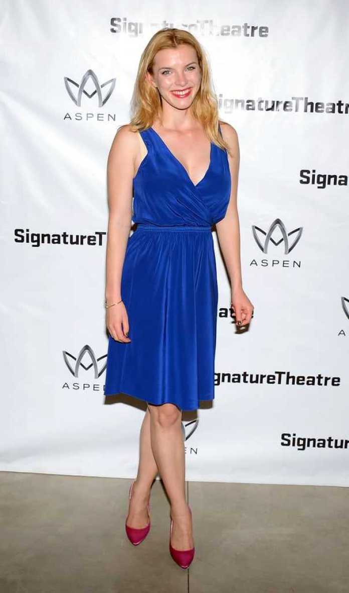 Betty Gilpin Hottest Pictures (42 Photos)
