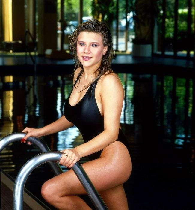 Samantha Fox Sexiest Pictures (41 Photos)