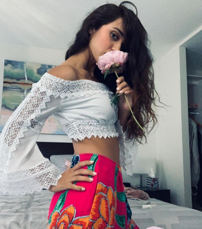 Summer Bishil Hottest Pictures (39 Photos)