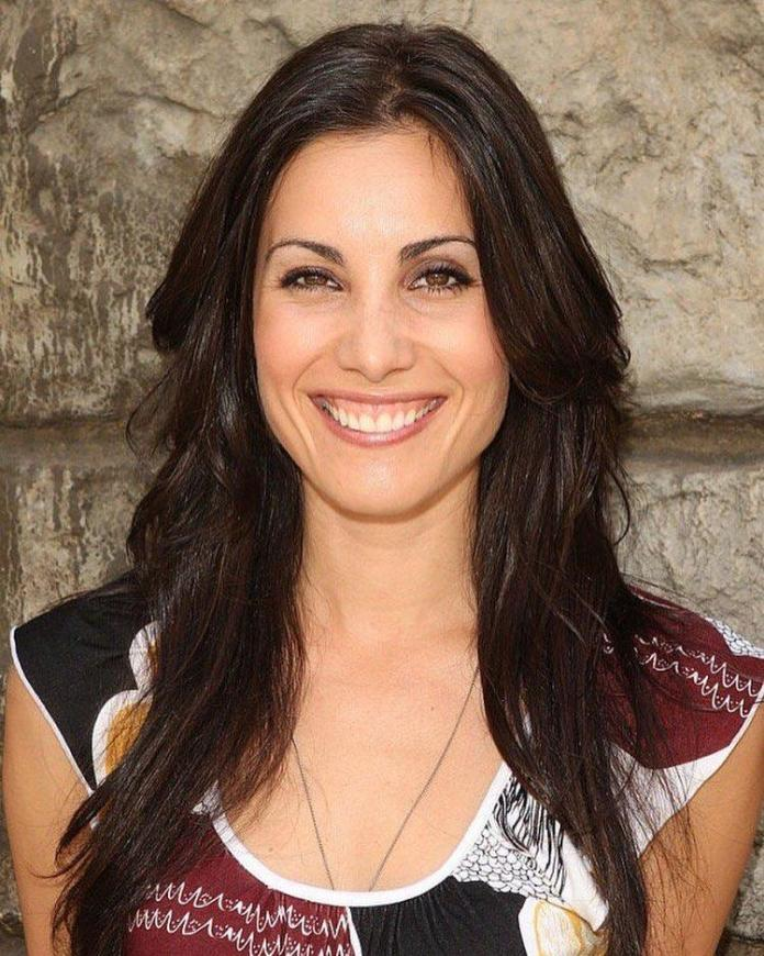 Carly Pope Hottest Pictures (41 Photos)