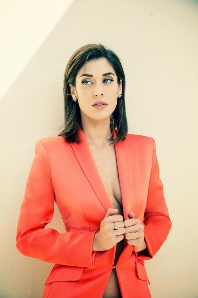 Lizzy Caplan Hottest Pictures (41 Photos)