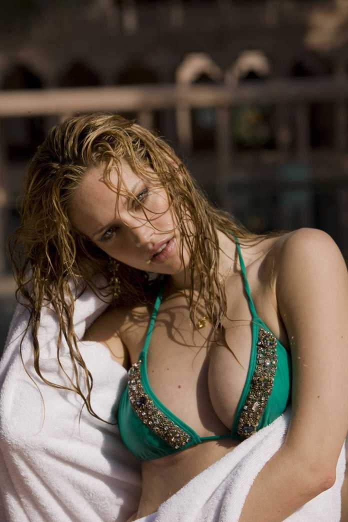 Julie Ordon Hot And Sexy Pictures (41 Photos)