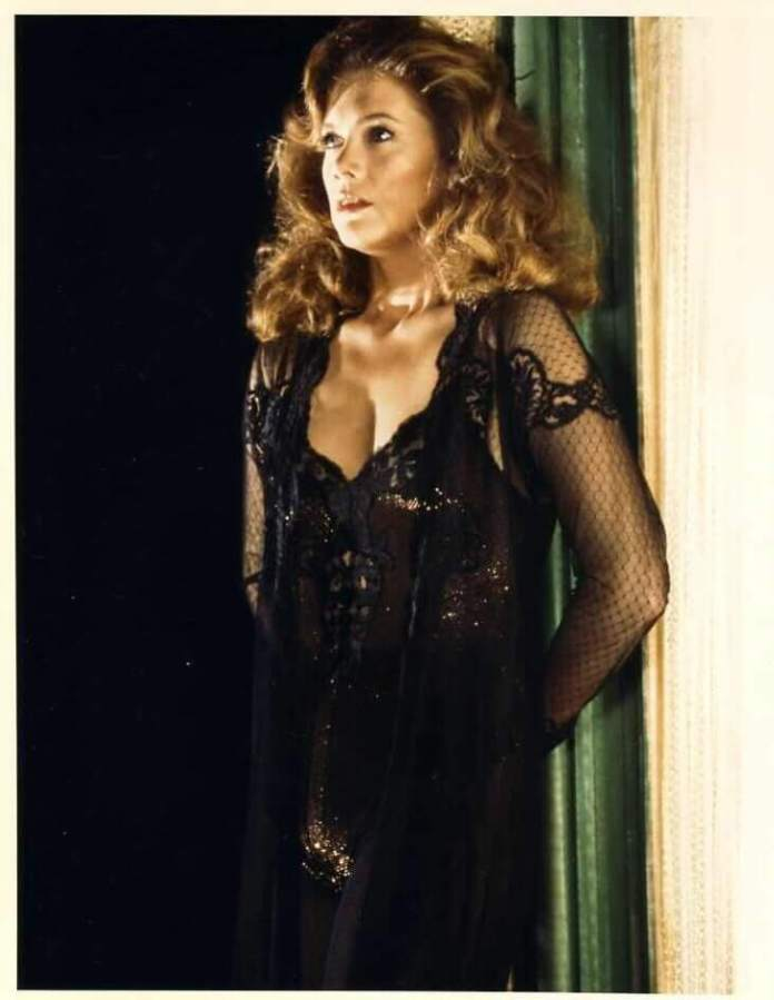 Kathleen Turner Hot And Sexy Pictures (41 Photos)